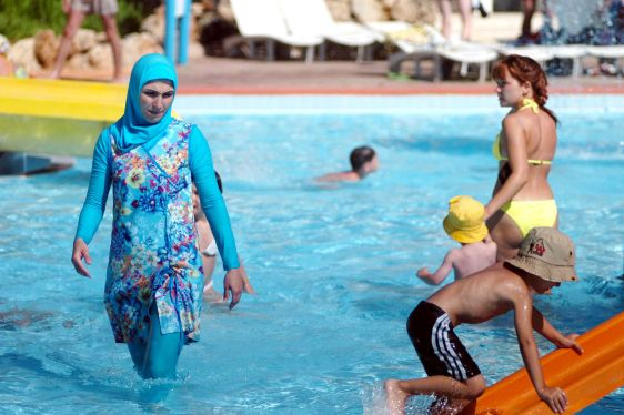 La dame à gauche porte un burkini. (Photo issue du site web de Paris Match.)